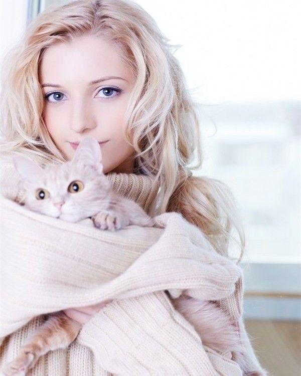 блондинка с котенком фото